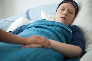 sovande kvinna med cancer foto
