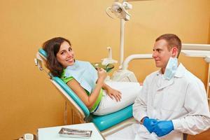 flicka på undersökning hos tandläkare foto