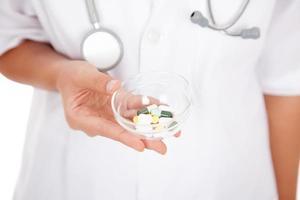 närbild av läkare håll medicin foto