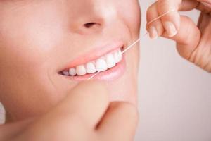 vackert leende med tandtråd foto