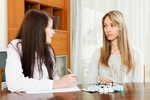 läkare talar med kvinnan foto