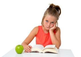 liten flicka som läser en bok foto