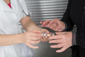 läkare som ger medicin foto