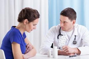 läkare som föreskriver medicin foto