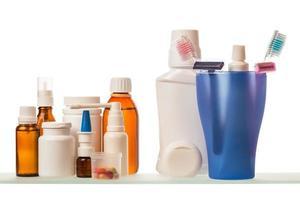medicinflaskor på hyllan foto