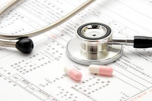stetoskop och mediciner foto