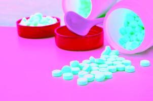 medicintablett och öppen flaska medicin foto