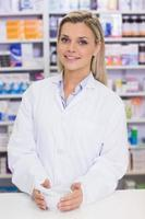 apotekare som blandar ett läkemedel foto