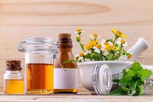 alternativ hälsovård färsk örtte, honung och vild blomma med foto