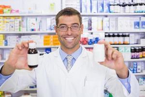 apotekare som visar läkemedel burk foto