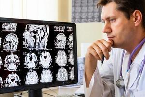 läkare tittar på ct-skanning foto