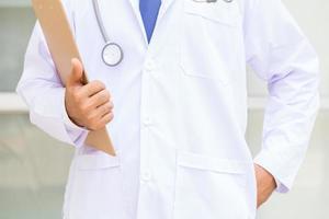läkare som håller en urklipp foto