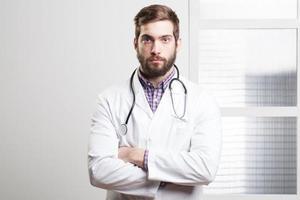 porträtt av en glad ung manlig läkare foto
