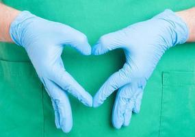 läkare hand gör hjärta form foto