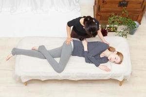 kvinnor som genomgår en massage foto