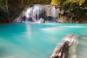 blå vattenfall faller i djup skogsjungel foto