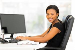 kvinnlig afrikansk företagsarbetare som arbetar på kontoret foto