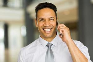 manlig företagsarbetare som pratar i mobiltelefon foto