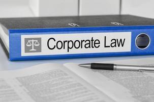 blå mapp med etiketten företagsrätt foto