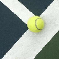 tennisboll på banan foto