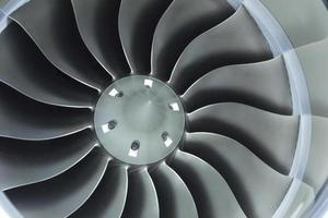 närbild av affärsflygplanet jetmotorinloppsfläkt foto