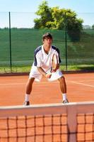 man på tennisträning foto