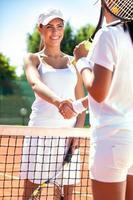 tennisspelare som skakar hand foto