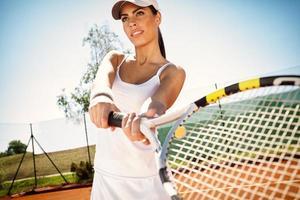 sportig tjej som spelar tennis foto