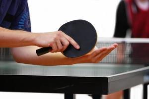 bordtennisspelare som serverar foto