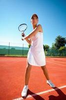 kvinna som spelar tennis foto