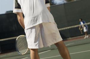 tennisspelare som väntar på servering foto