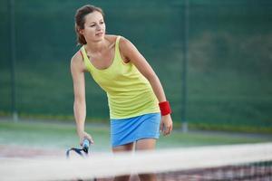 porträtt av en ganska ung tennisspelare med copyspace foto