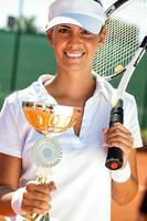 tennisspelare som visar gyllene bägare foto