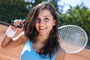 vacker ung flicka som spelar tennis foto