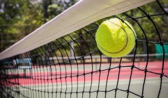 tennisboll i nätet foto