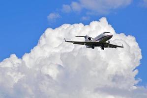 business jet i himlen foto