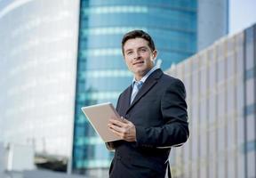 företag porträtt affärsman med digital tablet utomhus arbetar foto