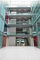 tomt, modernt atrium för ett stort företagsföretag foto