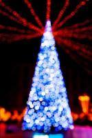 nyårsträd gjord av bokeh-ljus foto