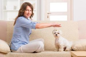 kvinna som utövar Reiki-terapi foto
