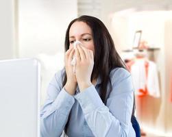 arbetar med förkylning i butiken foto