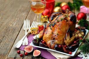 rostad kyckling med fikon, tranbär och vitlök till jul foto