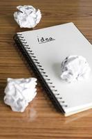 anteckningsbok med skrynkligt papper foto
