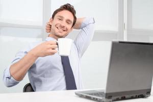 leende callcenteroperatör som dricker te foto