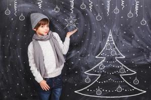 pojke som håller snöflinga foto