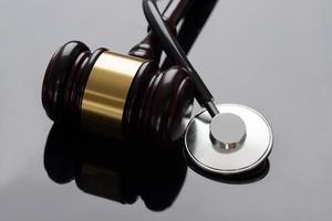 gavel och medicinskt stetoskop foto