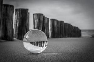 ljum vid havet med kristallkula foto