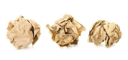 uppsättning av bruna skrynkliga pappersbollar / isolerade på vitt foto