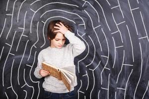pojke som försöker lösa labyrinten foto
