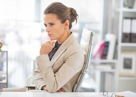 porträtt av tankeväckande affärskvinna på jobbet foto